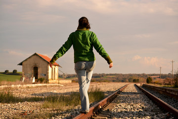 mujer bailando en las vias del tren