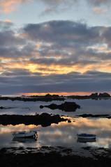 Coucher de soleil sur la mer et reflets dans l'eau