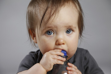 Baby nuckelt an Flasche