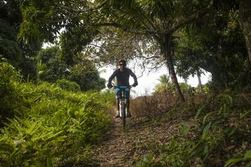 escursionisti in mountain bike