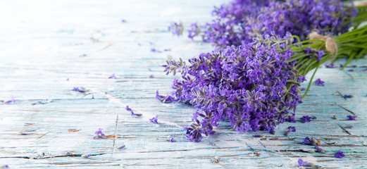 Foto op Aluminium Lavendel Fresh lavender on wood