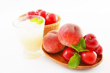 新鮮な果物とジュース