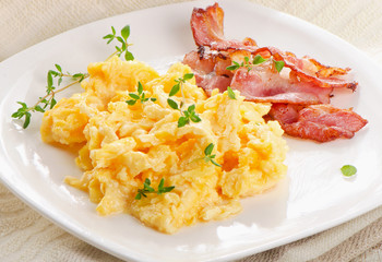 Tuinposter Gebakken Eieren Scrambled eggs and bacon
