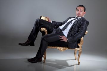 Cooler Geschäftsmann Banker mit Goldbarren