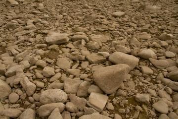 Steine am Flussufer