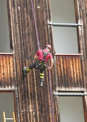 expert firefighter down into the wall of the House in abseiling