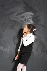 Dziewczynka przy tablicy szkolnej