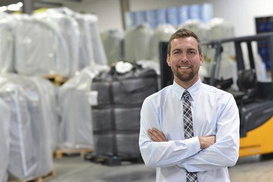 erfolgreicher Manager einer Logistikfirma im Warenlager