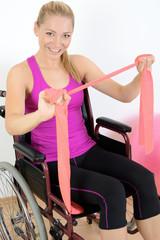 Twen im Rollstuhl trainiert mit Thera-Band