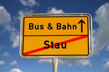 Deutsches Ortsschild Stau und Bahn und Bus