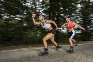 junge Frauen beim Inline-skaten