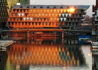 Bürogebäude im Abendlicht