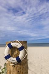 Rettungsring am Sandstrand