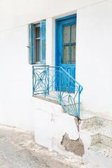 Fototapete - Holztüre und Treppengeländer in Blau - griechische Architektur