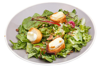 green salad with goat cheese and croutons