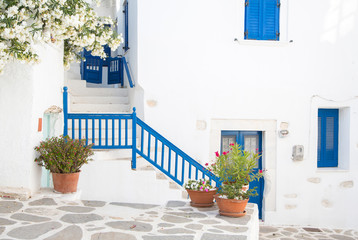 Fotomurales - Typisch griechischer Baustil - weiß gekalkte Häuser blau
