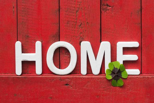 roter Holzhintergrund mit Buchstaben HOME