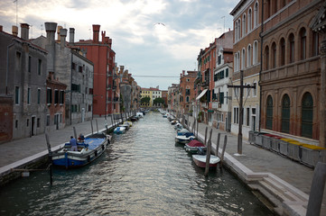 The streets of Venice before the night.