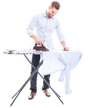 Mann bügelt vor weißem Hintergrund