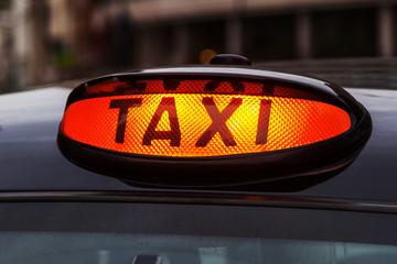 leuchtendes Taxi-Schild eines Londoner Taxis
