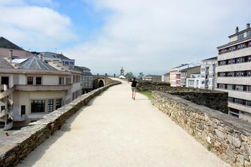 hombre haciendo footing en la muralla de Lugo