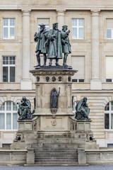 Denkmal mit Bronzestatue