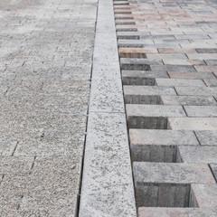Neu gelegtes Betonpflaster auf Strasse und Gehweg