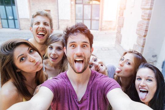 Selfie adolescenti si scattano foto in città