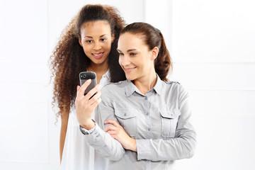 Dwie kobiety fotografują się telefonem