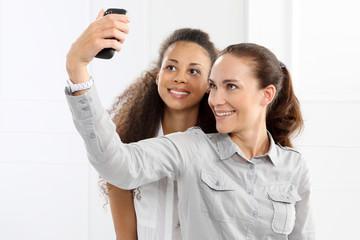 Zdjęcie telefonem - przyjaciółki robia sobie zdjęcie