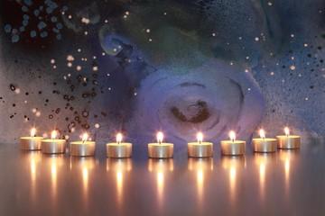 Teelichter mit abstraktem Bild im Hintergrund