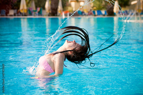 Девушки плавают в бассейне фото фото 103-865