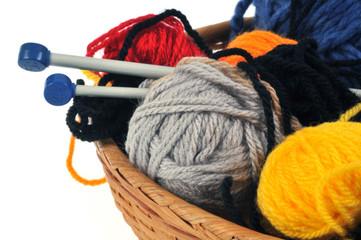 Pelotes de laine dans une corbeille