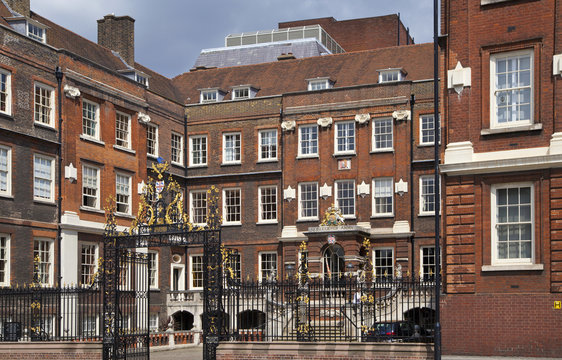 Famous school in the centre of London, next to St. Paul's