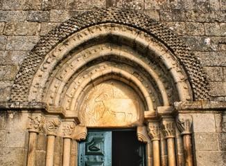 Capitéis e tímpano do portal da igreja românica de Fonte Arcada