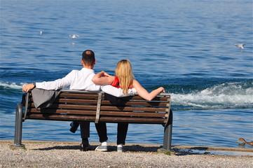 Liebespaar beobachtet Welle am See