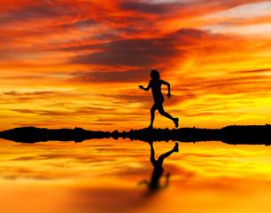 corriendo por la orilla del lago entre nubes naranjas