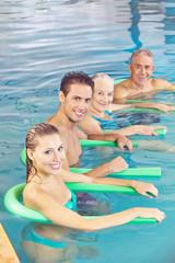 Leute machen Aquafitness als Rückentraining