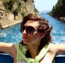 donna in barca sul canale di Corinto