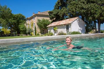 Provence : Femme nageant dans une piscine