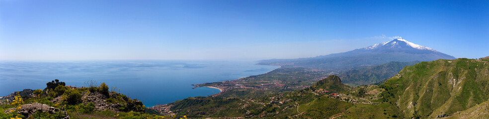 Etna and Giardini-Naxos bay view from Castelmola hills Fototapete