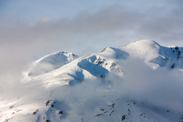 Pyrénées sous la neige dans la brume
