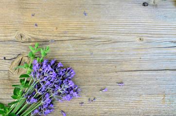 Lavendel auf Holzbrett