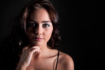 Junge hübsche Frau im Licht und Schatten