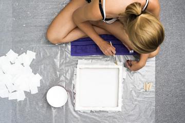 Junge Frau malt