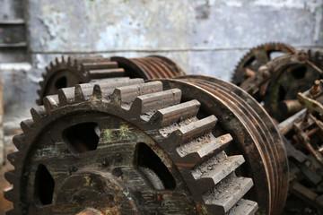 Autocollant pour porte Les vieux bâtiments abandonnés rusty old metal gadgets in an abandoned ship factory
