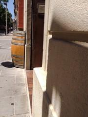 Medio barril como mesa de restaurante