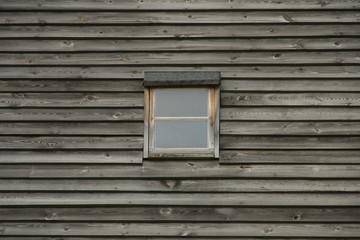 Małe okno w drewnianej ścianie wiatrka