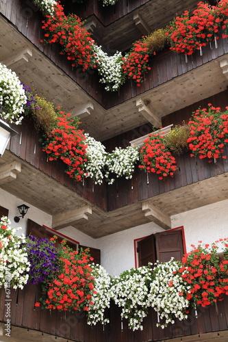 balconi fioriti addobbi tipici del trentino alto adige\