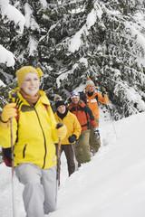 Italien,Südtirol,Jugendliche Schneeschuhwandern